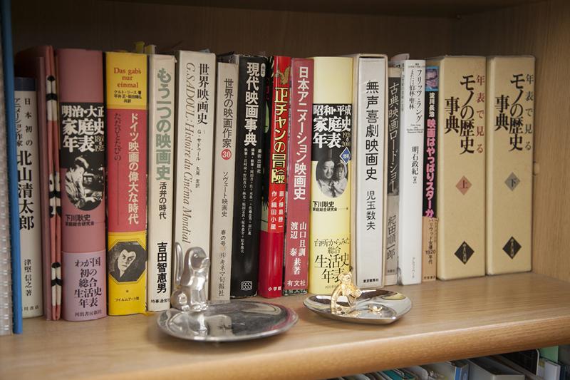 映画や歴史に関連する本が並んでいます。(撮影場所2)