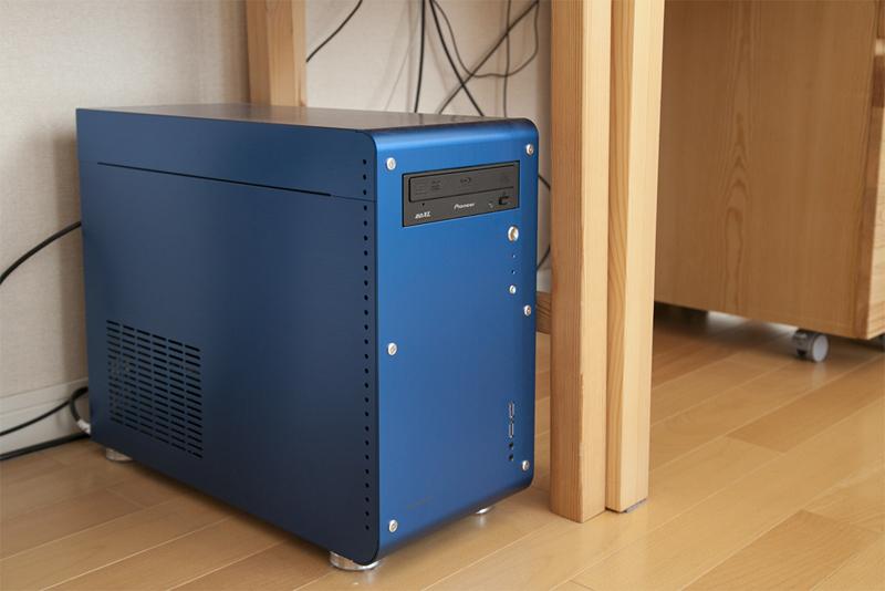 バニラさん「PCを自作するときはスペックだけでなく、インテリアの一部としてケースやモニターなどビジュアルにもこだわっています」(撮影場所3)