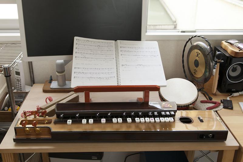 活弁ライブ時の相棒、大正琴と太鼓とミニ銅鑼(撮影場所4)