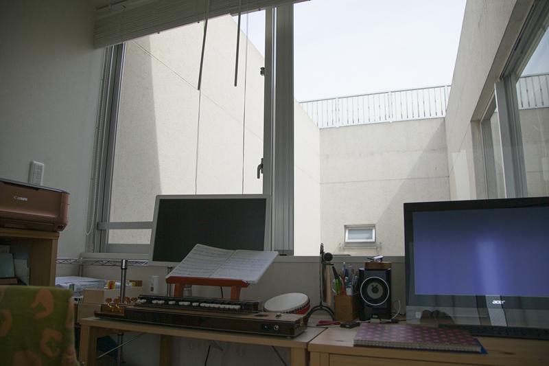 バニラさんが指差した方向には青空が。「仕事の合間に空を見上げると明るい気持ちになれます」(撮影場所5)