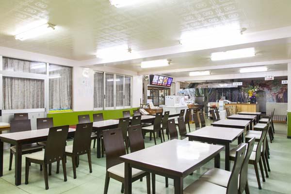 午後5時から店内で食事をすることもできます。