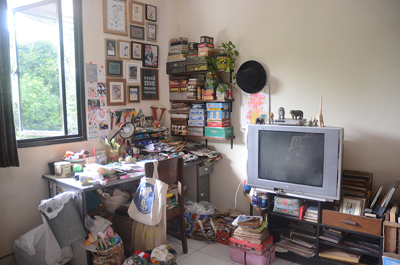 ベッドルームの一角には、緑を眺めながら作業ができるイカさんの机がある。ここからたくさんのコラージュ作品が生み出される。