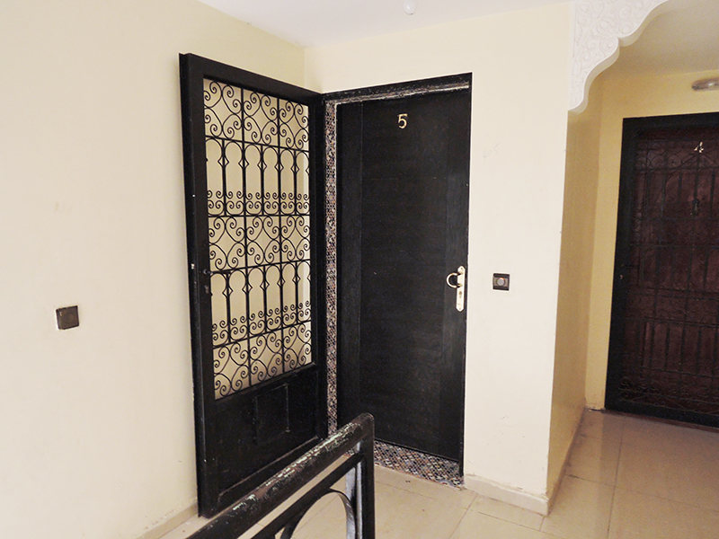 玄関は防犯用の鉄の扉と木の扉の2重ドア。モロッコでは窓でもドアでもこの美しい鉄柵がよく使われていて、様々なデザインがある。