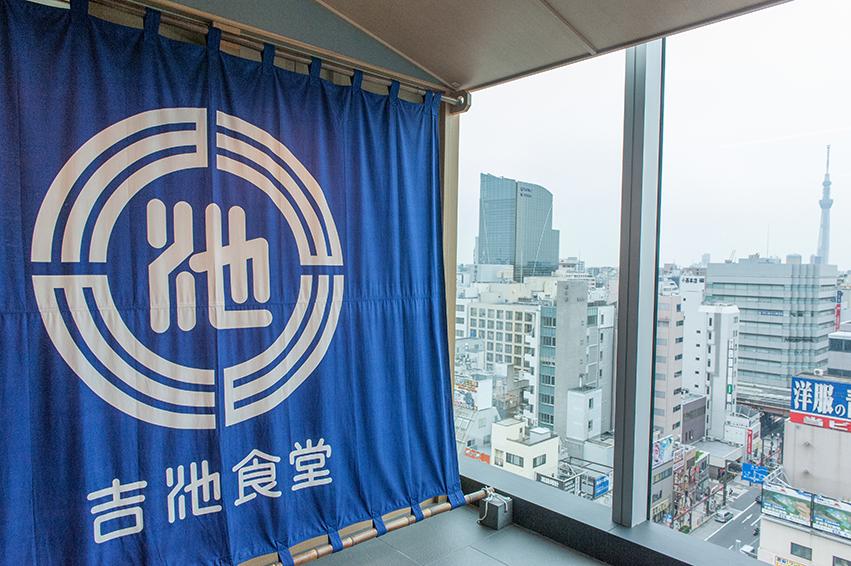 窓からのぞくのは、東京スカイツリー。